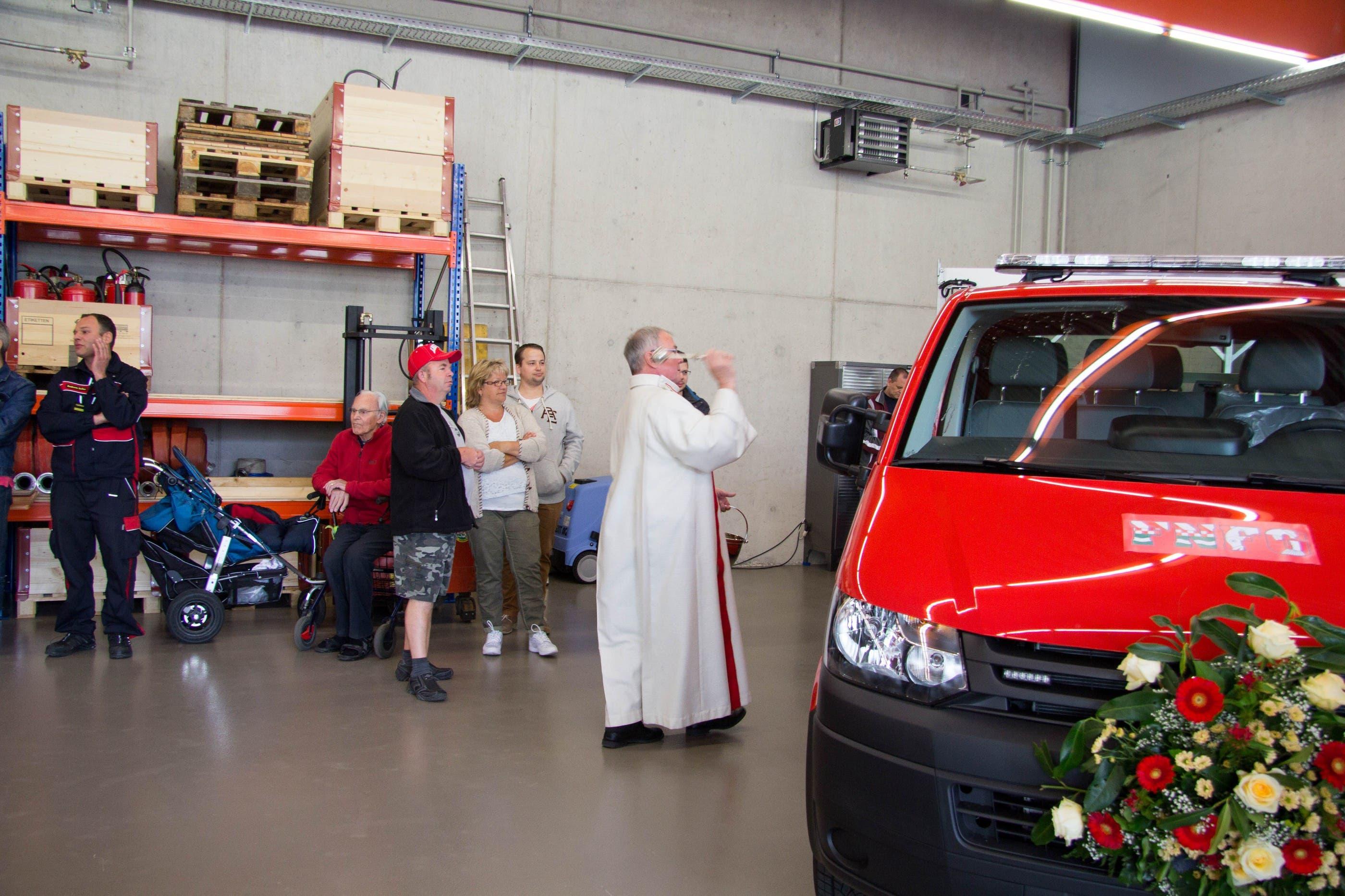 Pfarrer Markus Leutenegger segnet das neue Feuerwehrfahrzeug