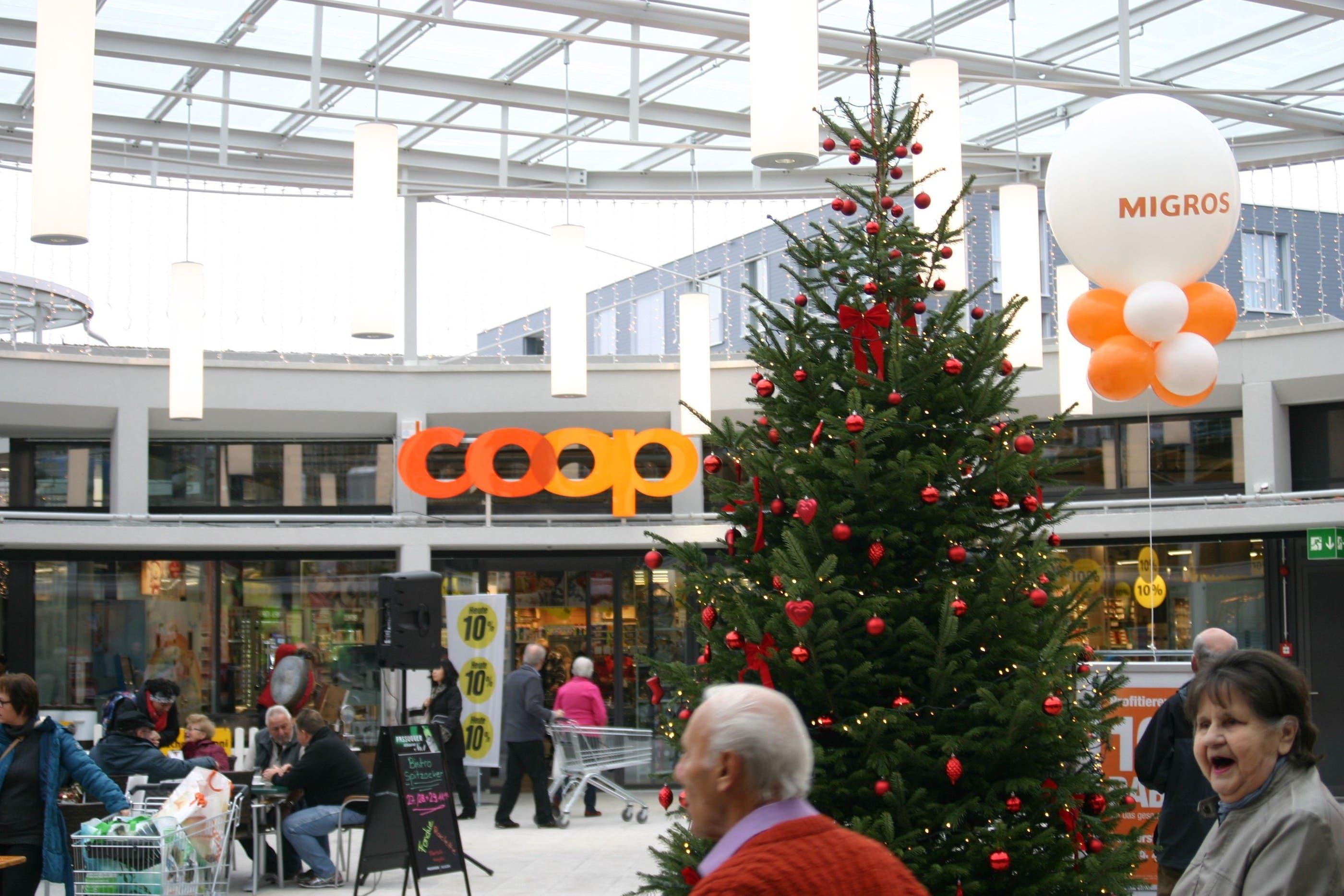 Mit einem Weihnachtsbaum und vielen Ballonen feiert das Zentrum Spitzacker sich selbst.