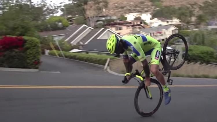 Dieser Typ fährt rückwärts eine steile Strasse runter – nur auf dem Vorderrad!