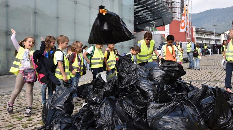 300 Schulkinder befreien die Strassen in Grenchen vom Abfall