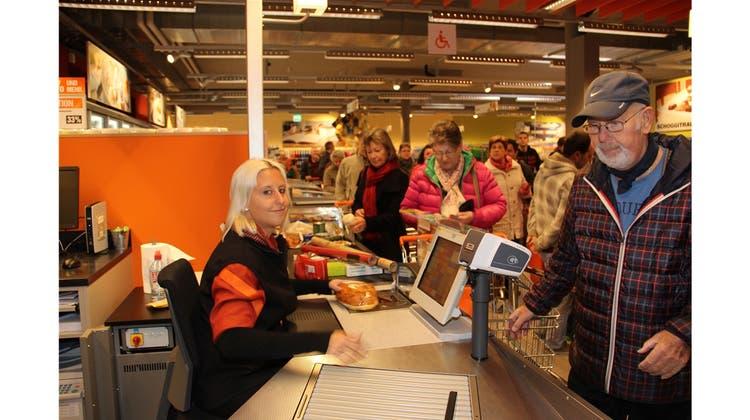 Am Eröffnungstag stehen die Einkäufer Schlange