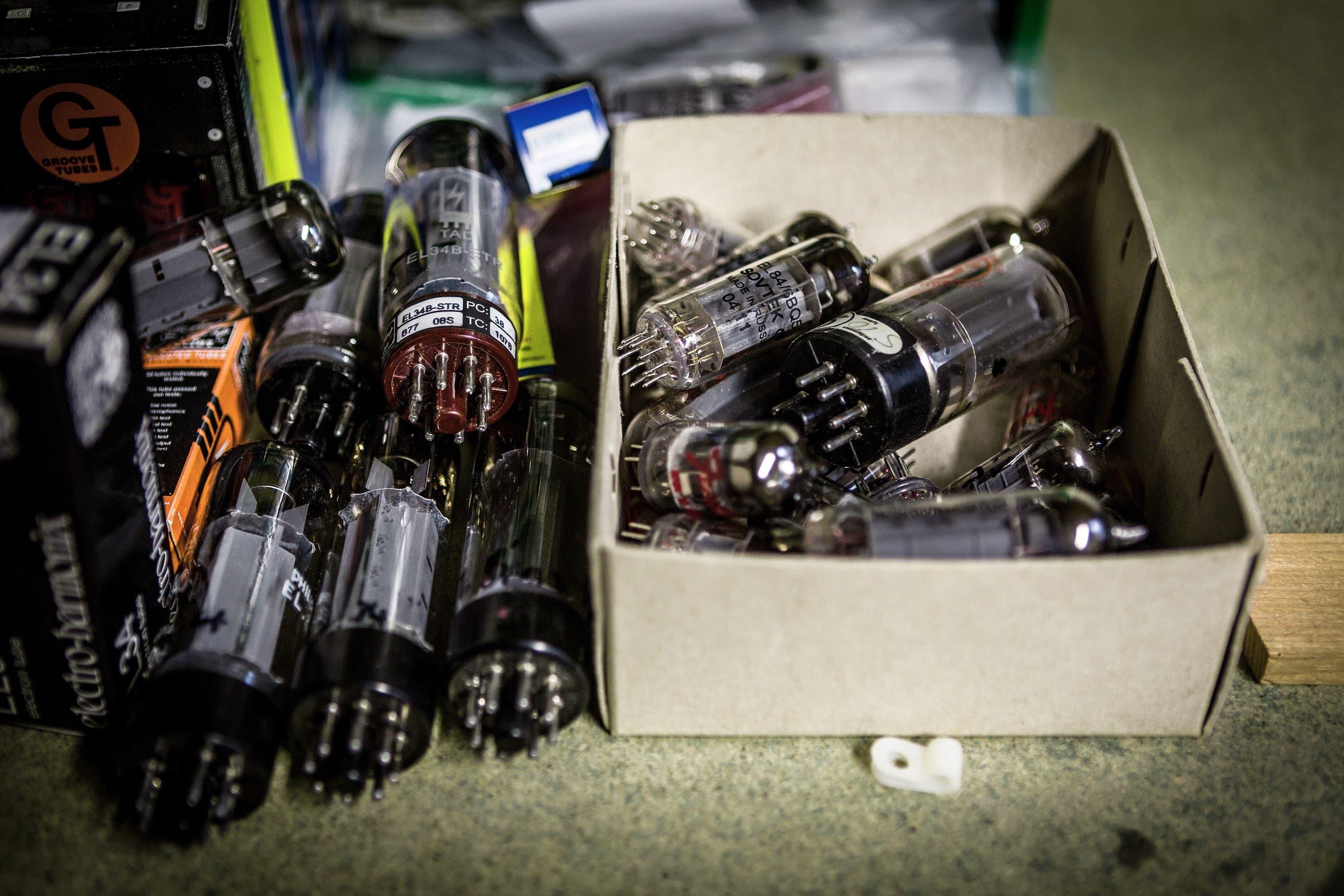 zu den Schätzen gehören auch alte Röhren für Röhrenverstärker (Chris Iseli)