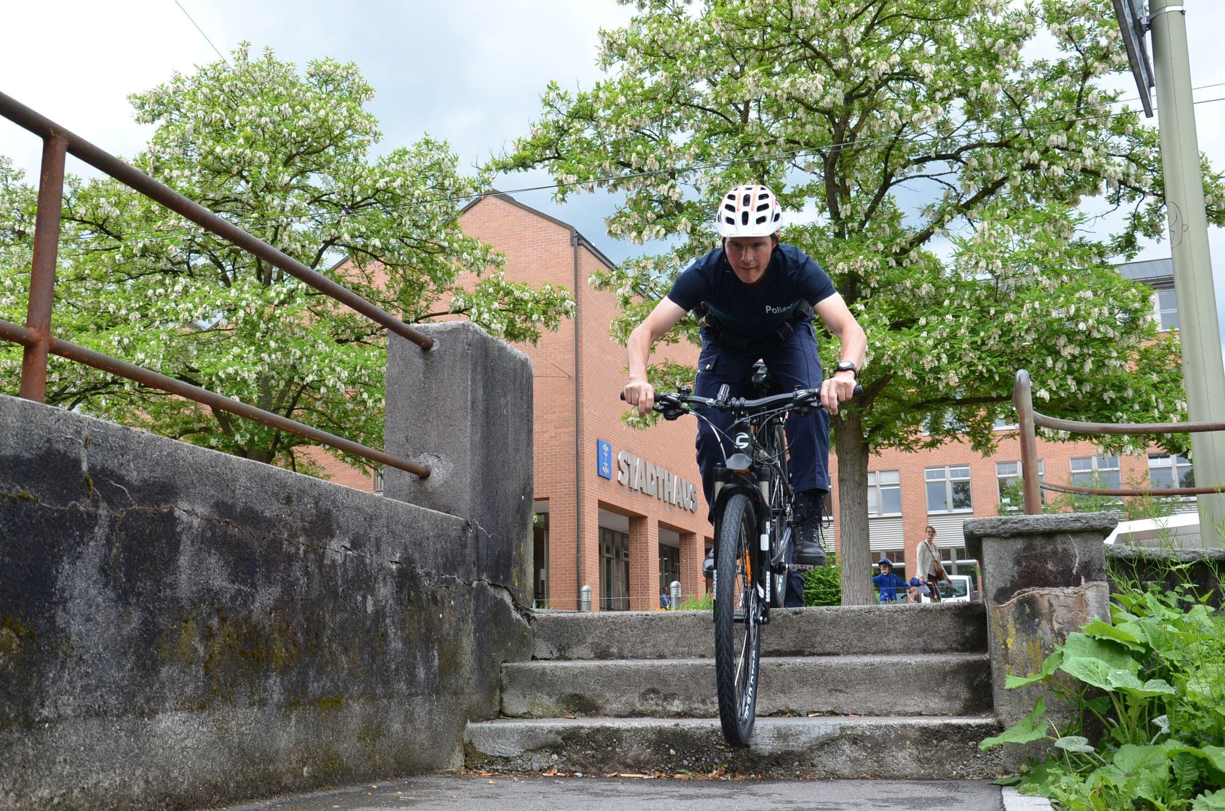 Patrick Tommer demonstriert, wie gut sich die neuen Bikes dazu eignen, kleinere Hindernisse wie Treppen im Stadtverkehr zu überwinden
