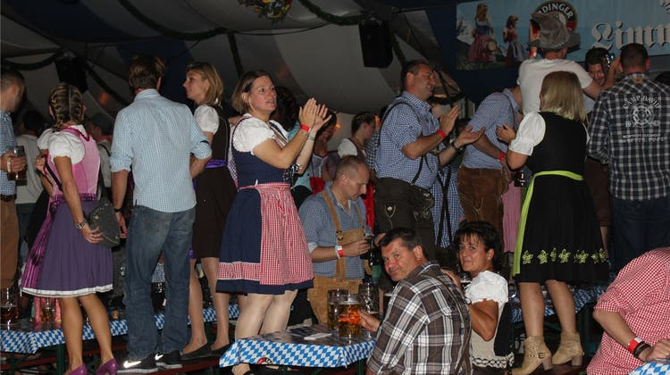 Am Oktoberfest sind die Tische sind zum Tanzen da
