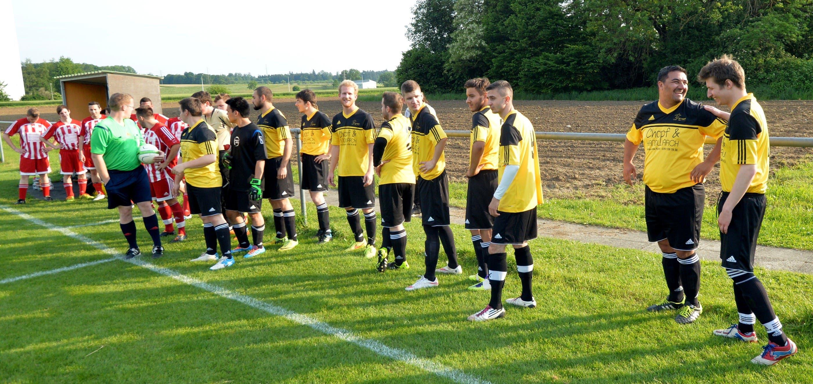 Letzte Vorbereitungen auf das Spiel der beiden Fünftligisten Kappel und Wolfwil.