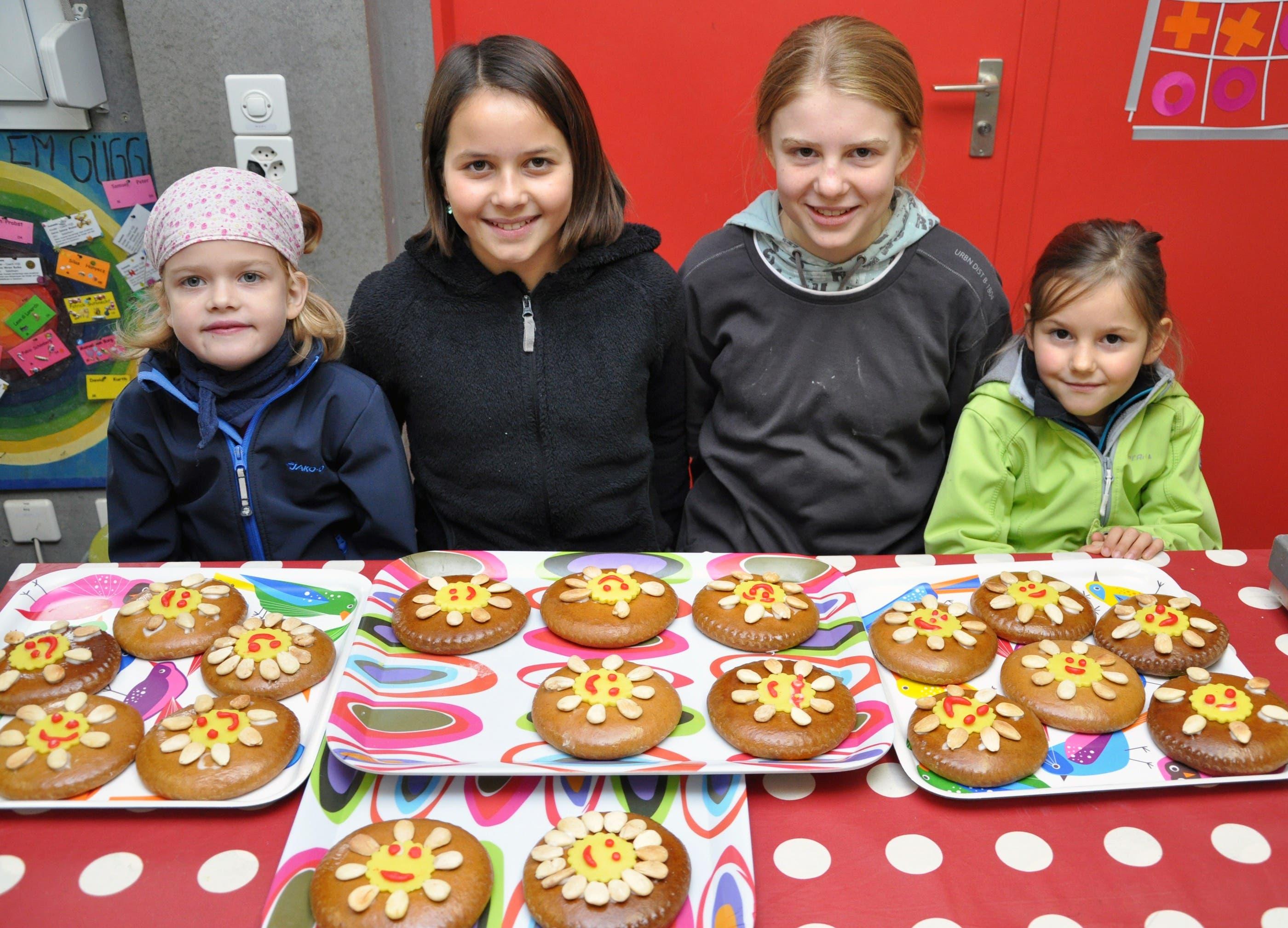 Kinder verzieren Lebkuchen.JPG Kinder auf dem Spielplatz Güggi verzieren gemeinsam mit Mitgliedern von Soroptimist Club Solothurn Lebkuchen, die an Firmen der Region gehen.