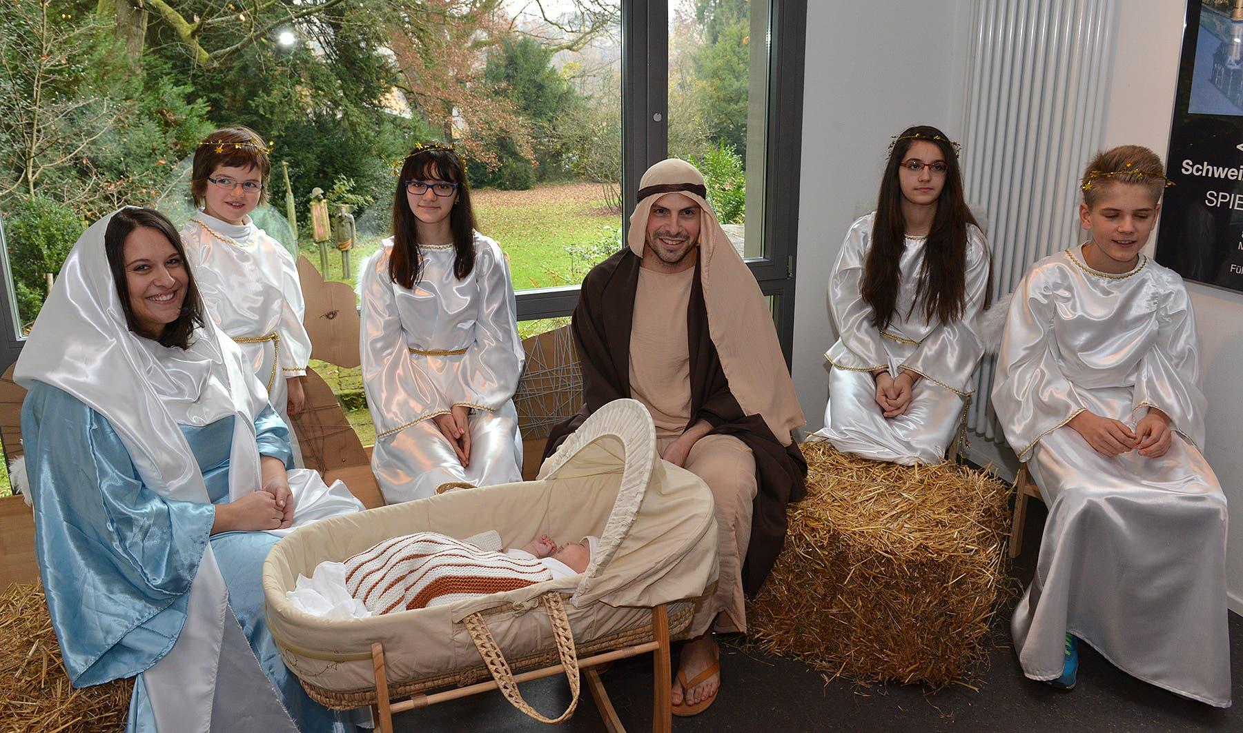 Maria und Josef mit den Engeln als Teil der lebendigen Krippe