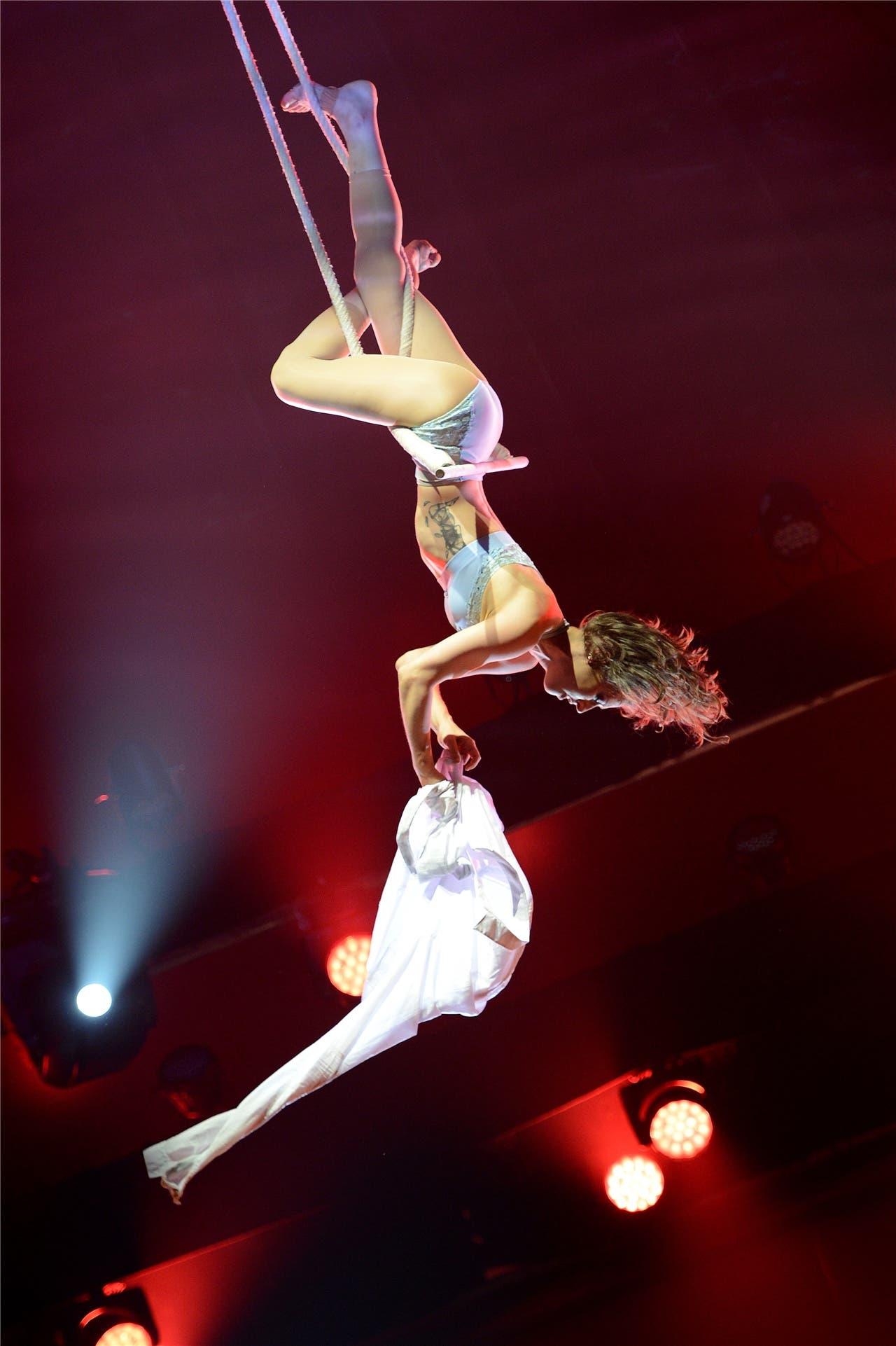Emily Nicole Tucker aus den USA am Tanztrapez. Die Disziplin wird in diesem Jahr zum ersten Mal gezeigt.