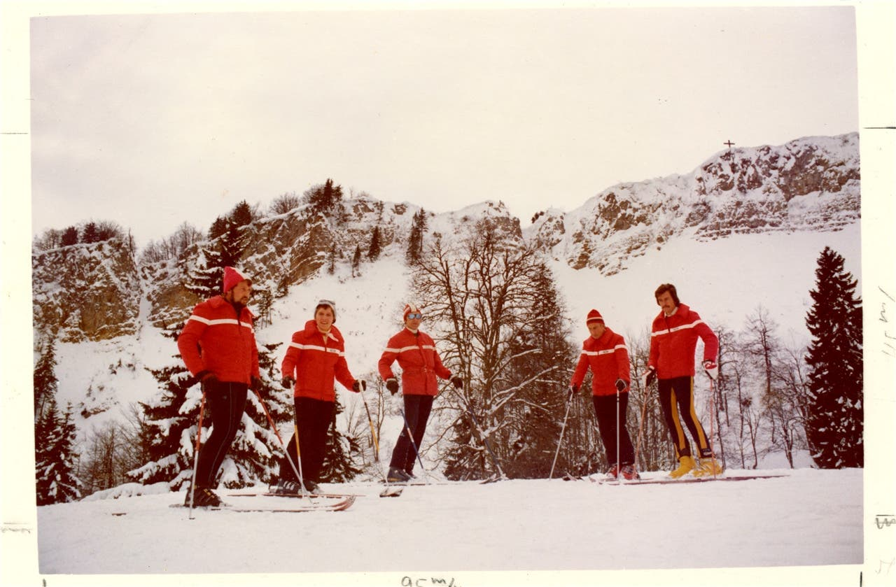 Mitte der 70er-Jahren: Unterhalb der Röti haben sich die Skilehrerin und Skilehrer um Hans Küpfer (Mitte) postiert. zvg
