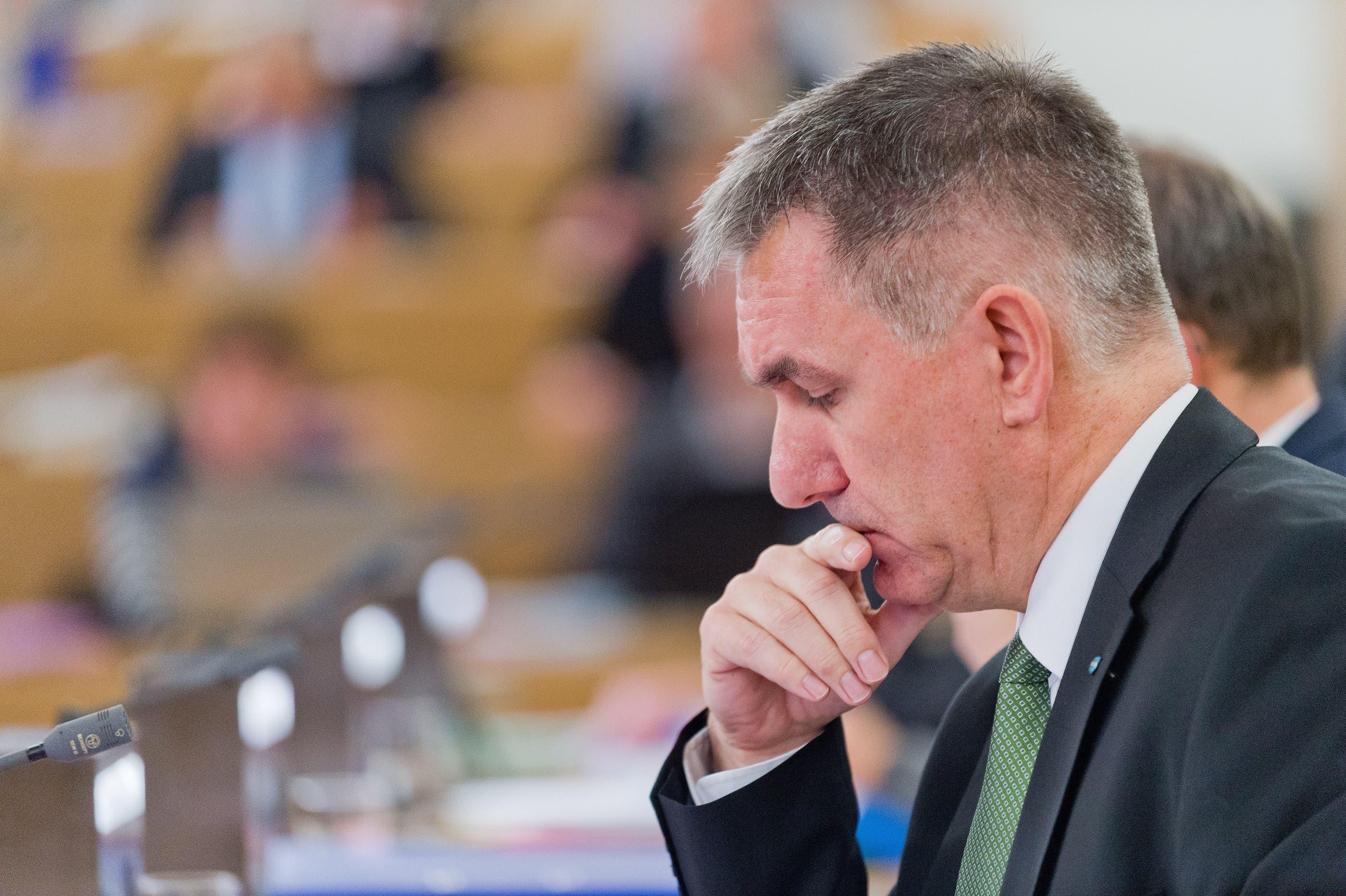 Nachdenklicher Bildungsminister Alex Hürzeler bei der Spardebatte.