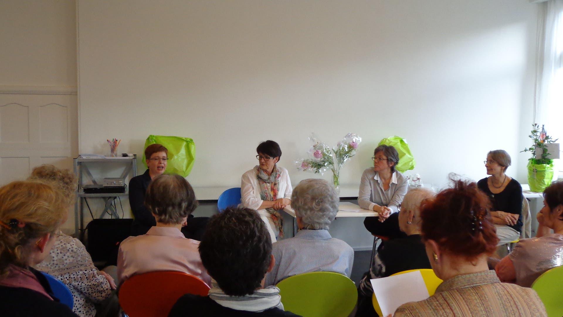 Badener Stadträtinnen Die drei Badener Stadträtinnen, Ruth Müri, Daniela Berger und Regula Dell'Anno im Gespräch mit dem interessierten Publikum
