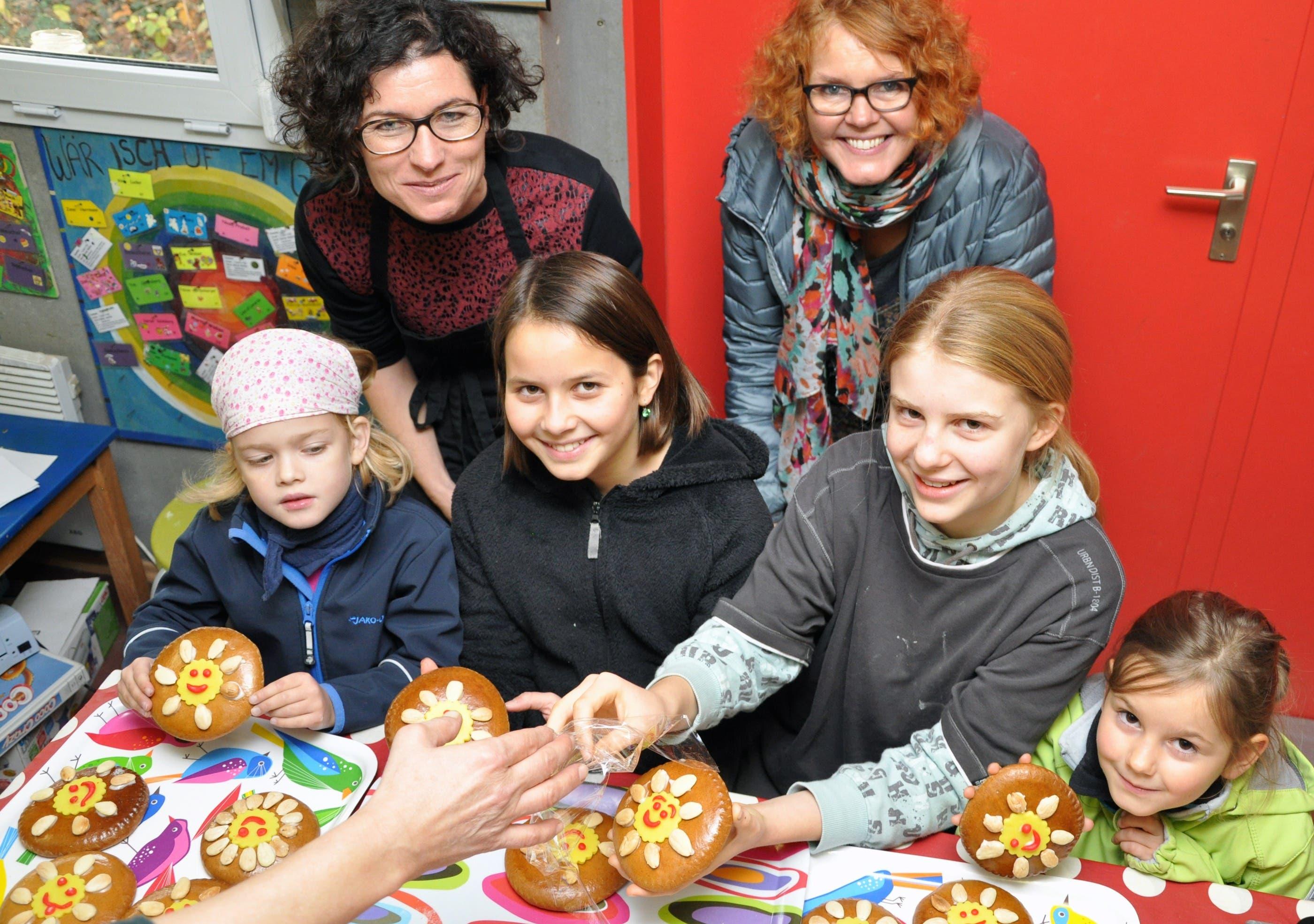 Kinder und Soroptimistinnen verzieren Lebkuchen.jpg Kinder auf dem Spielplatz Güggi verzieren gemeinsam mit Mitgliedern von Soroptimist Club Solothurn Lebkuchen, die an Firmen der Region gehen.
