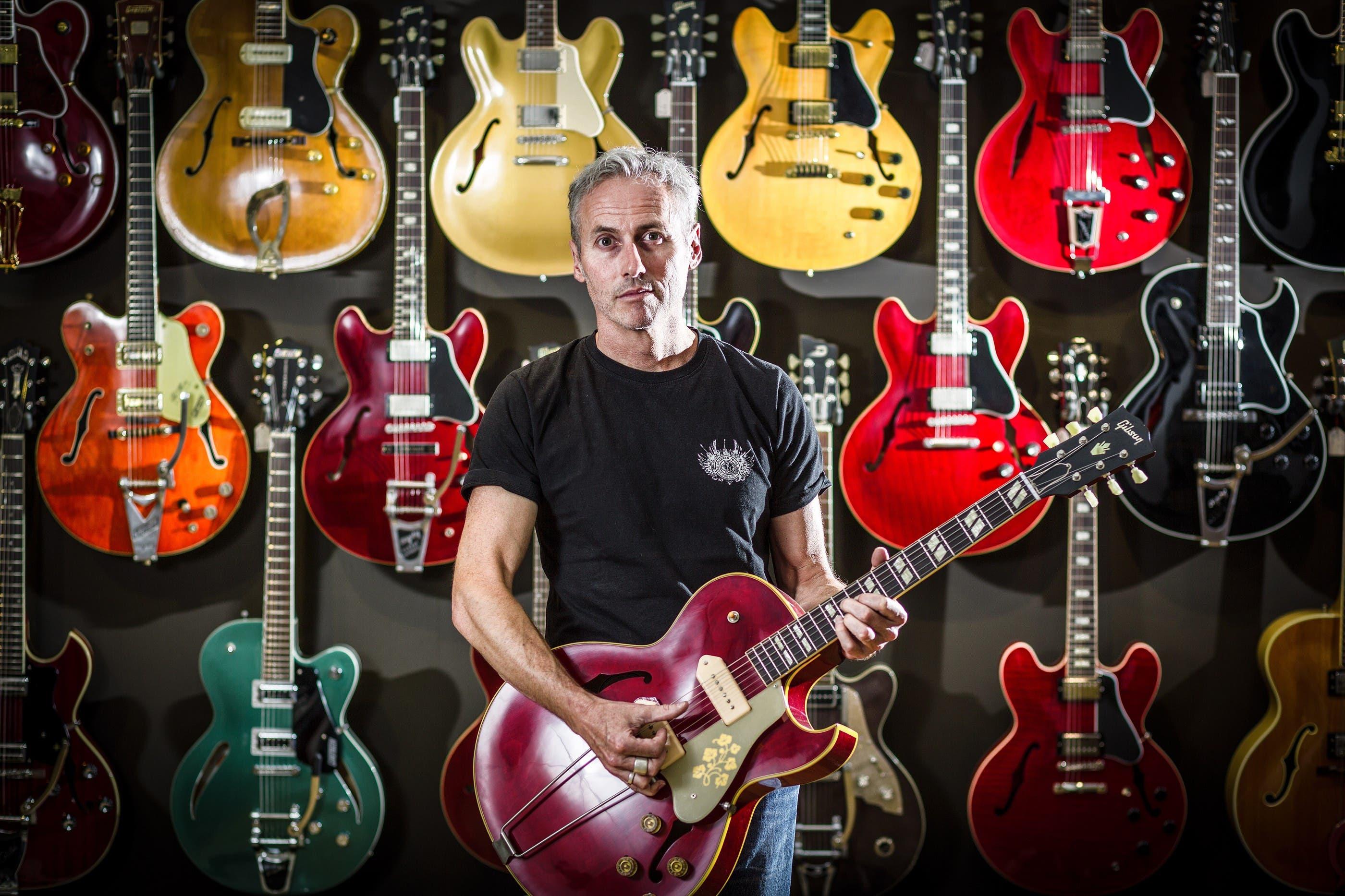 Gitarren-Total-Geschäftsführer Patrick Geser mit seinem Lieblingsinstrument (chris iseli)