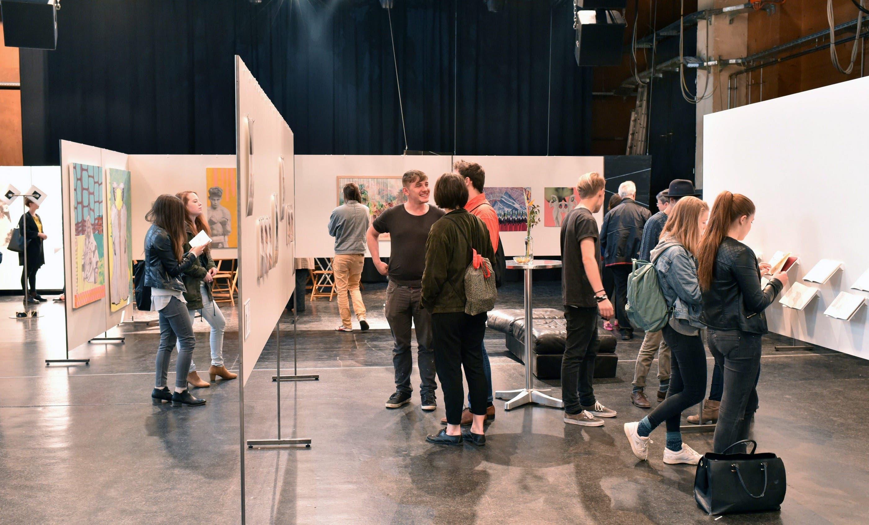 Sie präsentieren Zeichnungen, Tusch- und Ölmalereien, Fotografien, Installationen sowie Objekte aus Mischtechniken.