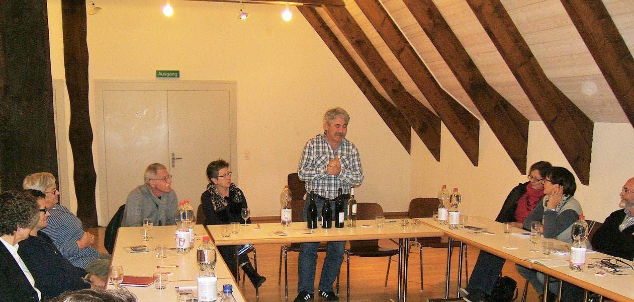Roland Sieber beim Vorstellen der edlen Tropfen für die Weindegustation von Vindoc