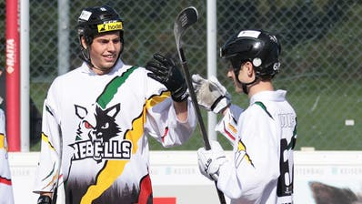 Tim Müller (Nummer 21) und Noa Wolf (rechts) gratulieren dem überragenden Tobias Rohdewald. (Bild: Roger Zbinden (Zug, 4. Oktober 2020))
