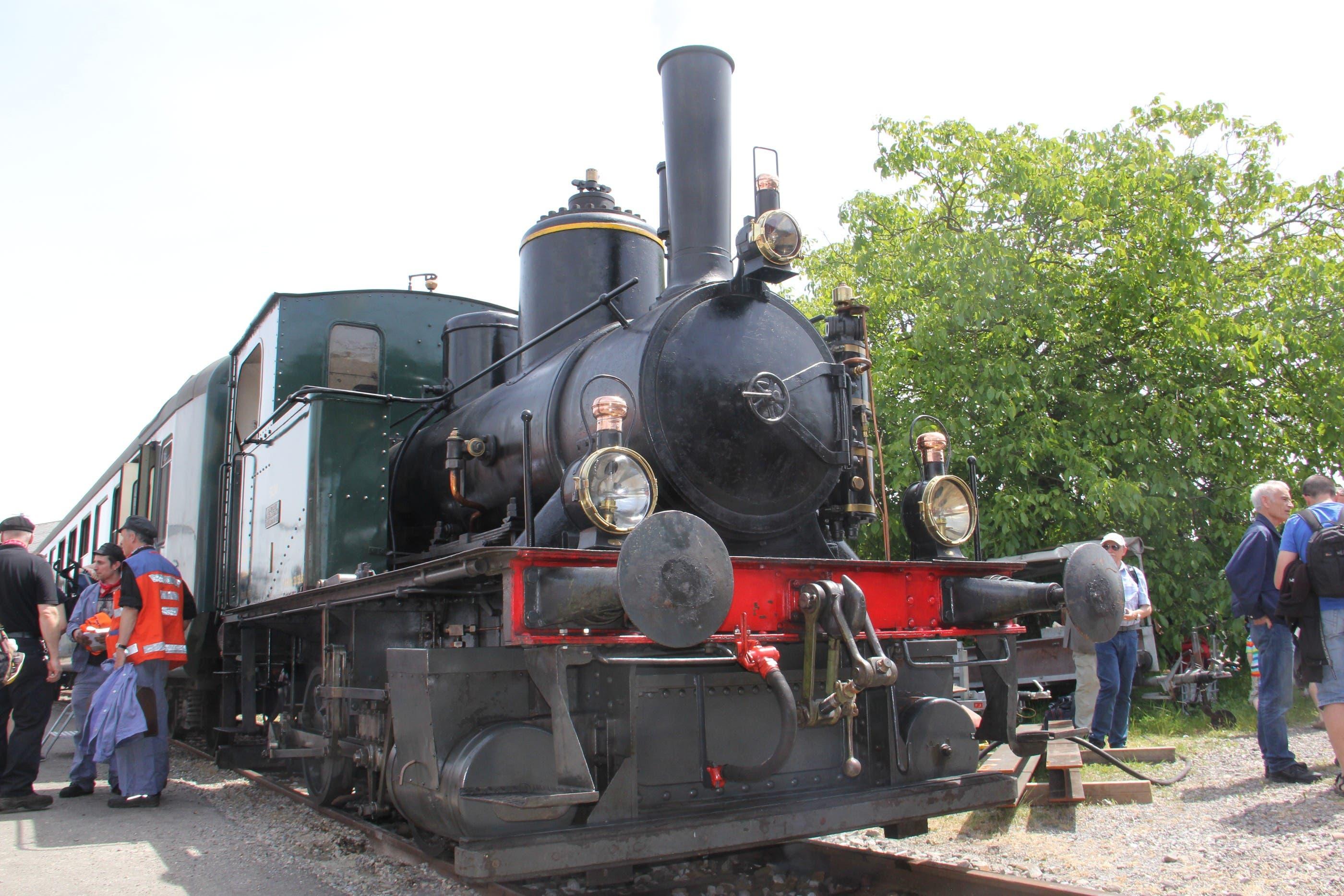 Rangierlok E22 treibt den Shuttle-Zug zum Banhof Brugg an