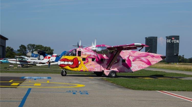 Diese pinke Skyvan bringt die Fallschirmspringer in die Luft