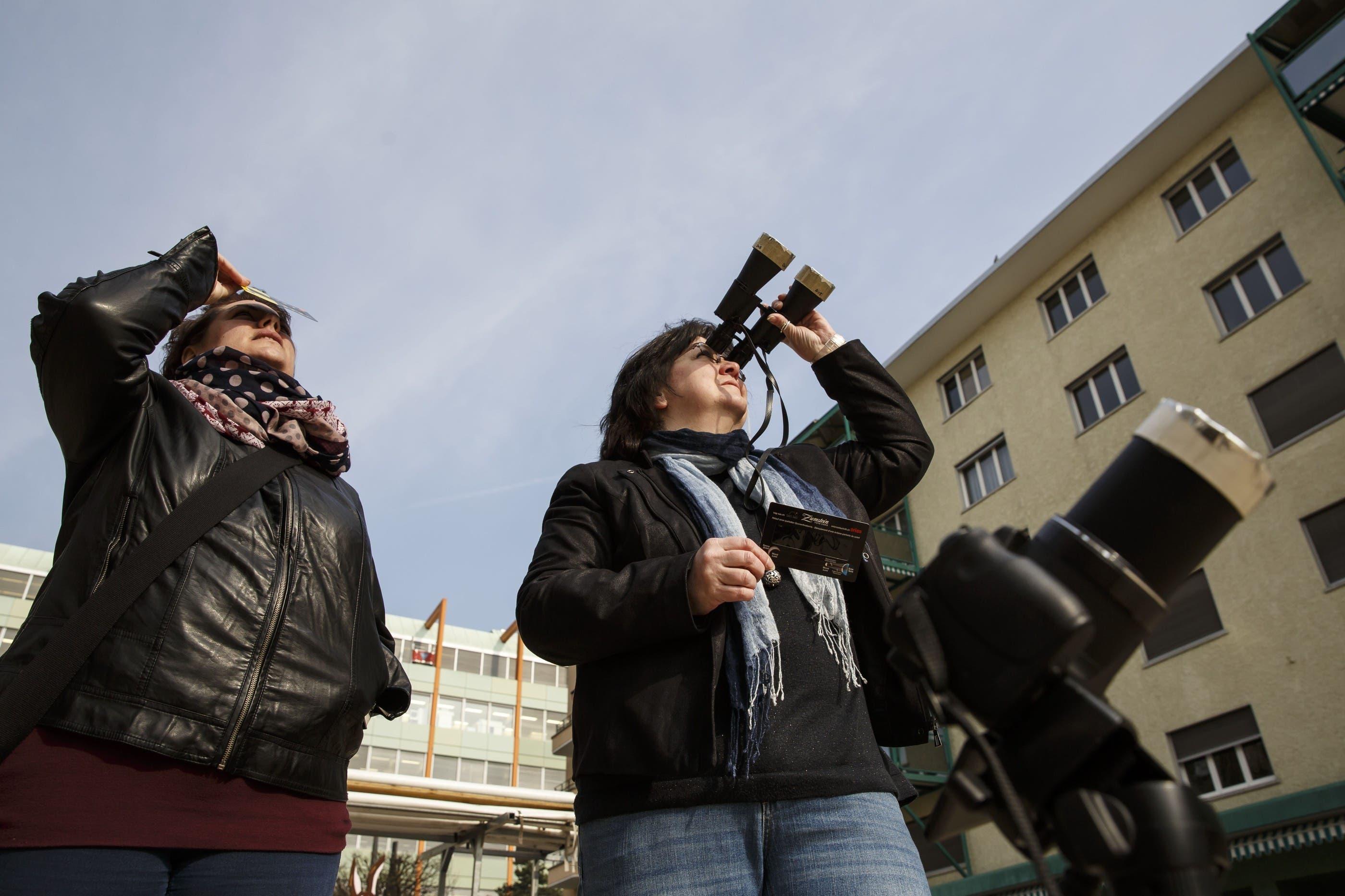 Mitarbeiter der Sternwarte zeigen Passanten das Naturschauspiell auf dem Grenchner Marktplatz
