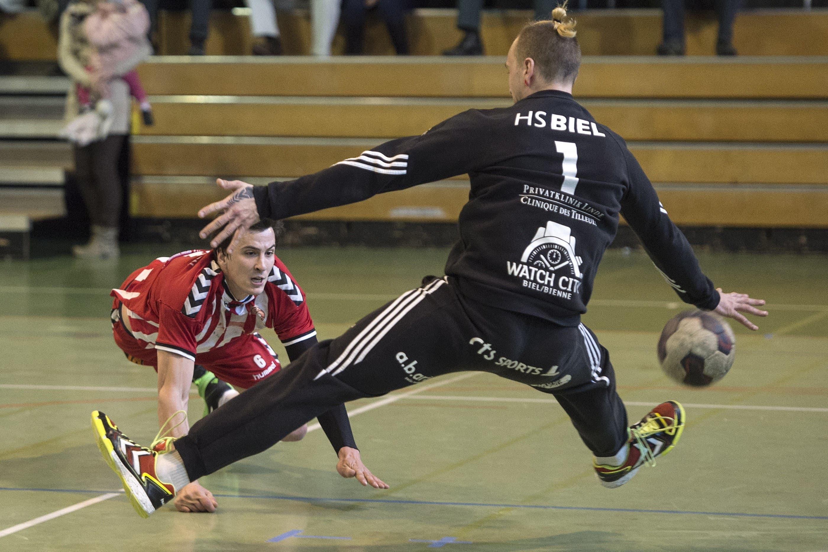 Solothurns Martin Beer im Kampf um den Ball gegen Biels Goale Simon Heyder.