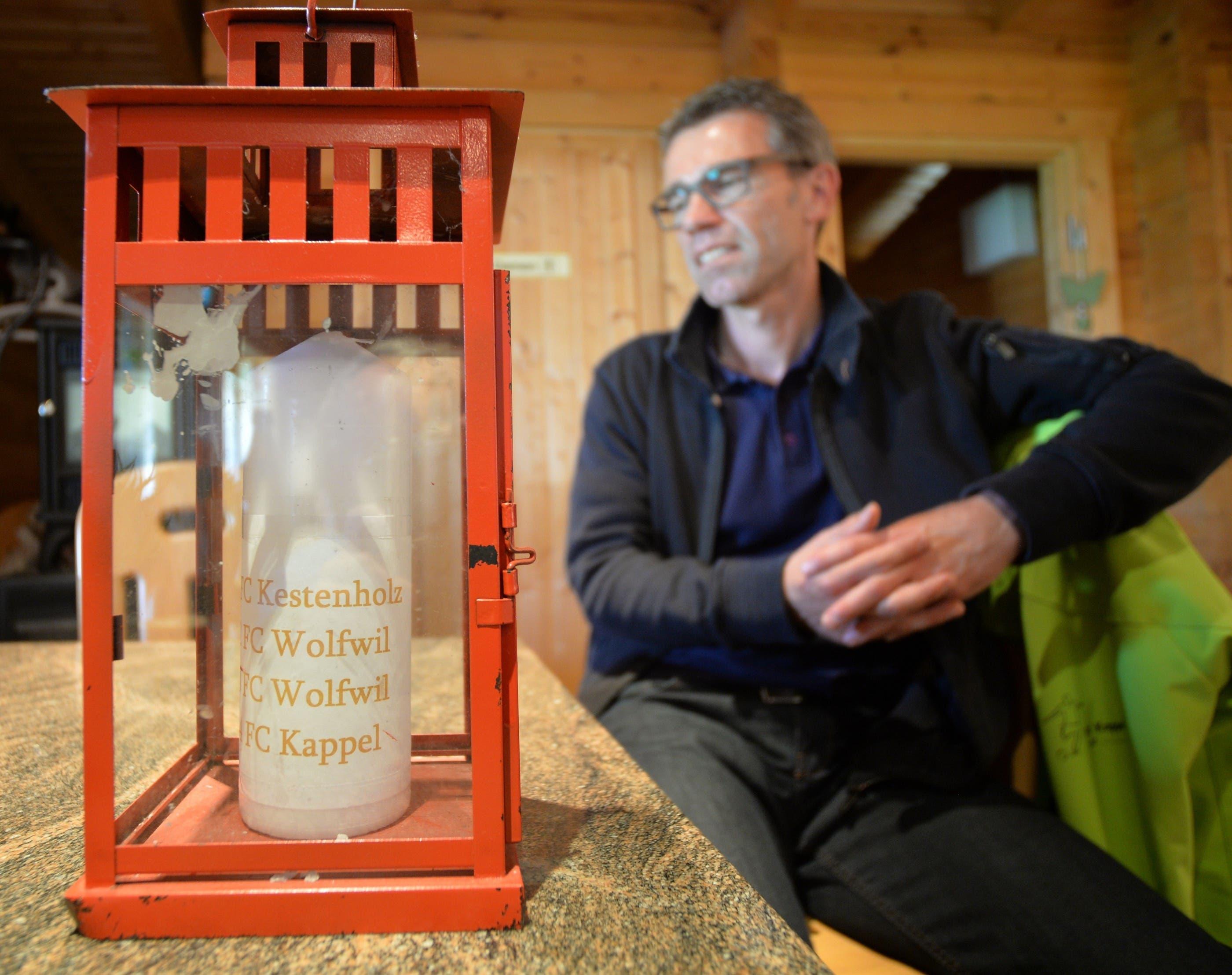 """Die sagenumwobene """"Rote Laterne"""" steht im Klubhaus des FC Kappel und bringt den Vereinspräsidenten Bruno Stalder zum Philosophieren."""