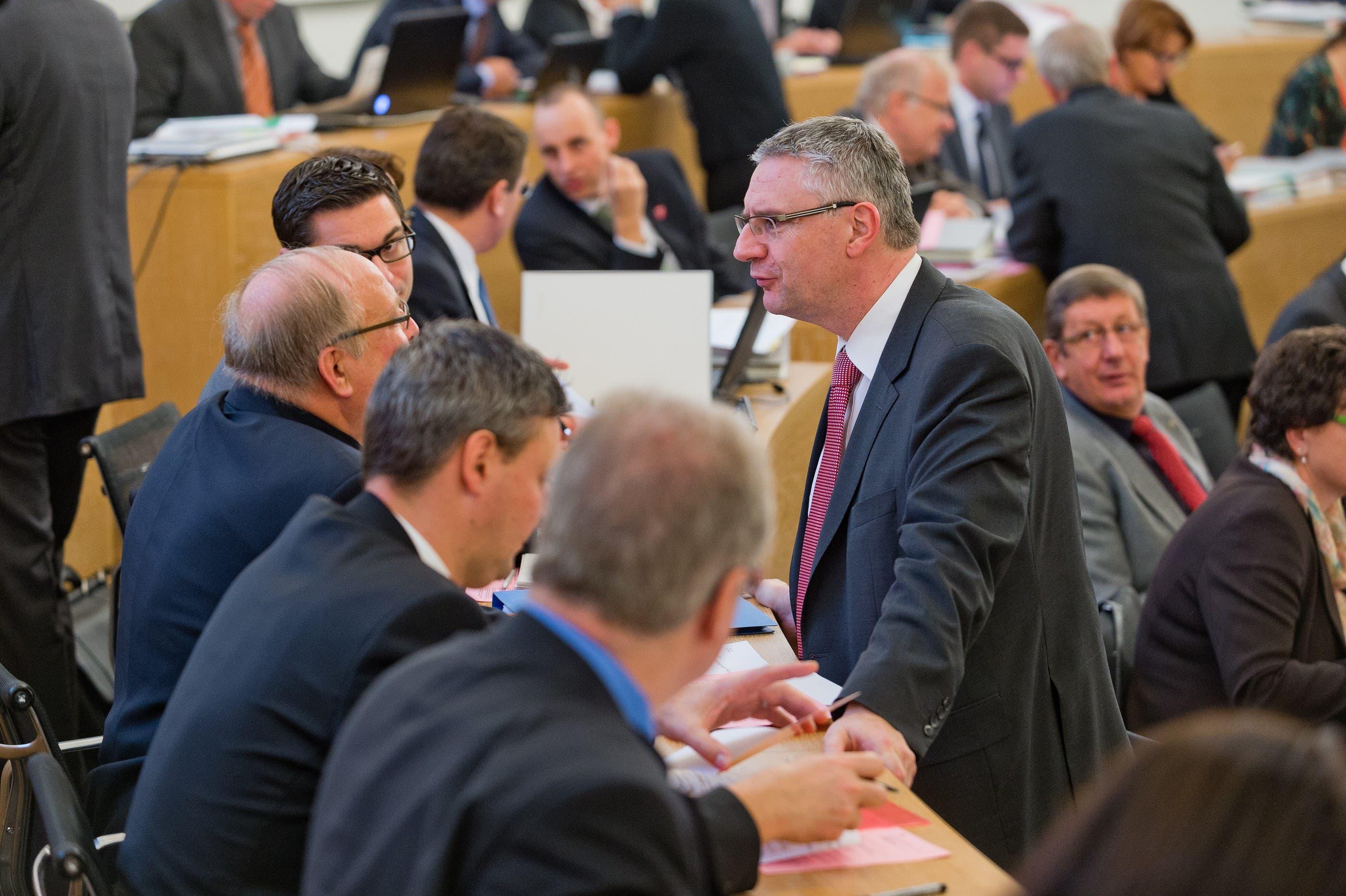 SVP-Fraktionspräsident Andreas Glarner (r.) im Gespräch mit Parteikollegen.