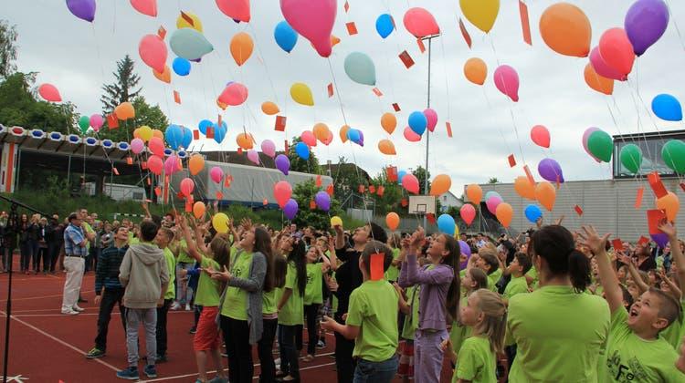 Schüler lassen 300 Ballone als Zeichen des Neuanfangs in die Luft steigen