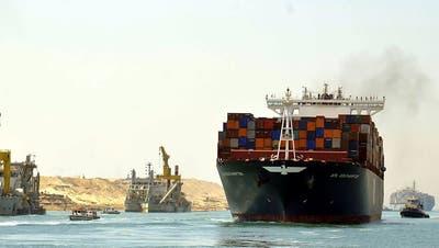 Erste Frachter testen den neuen Suezkanal