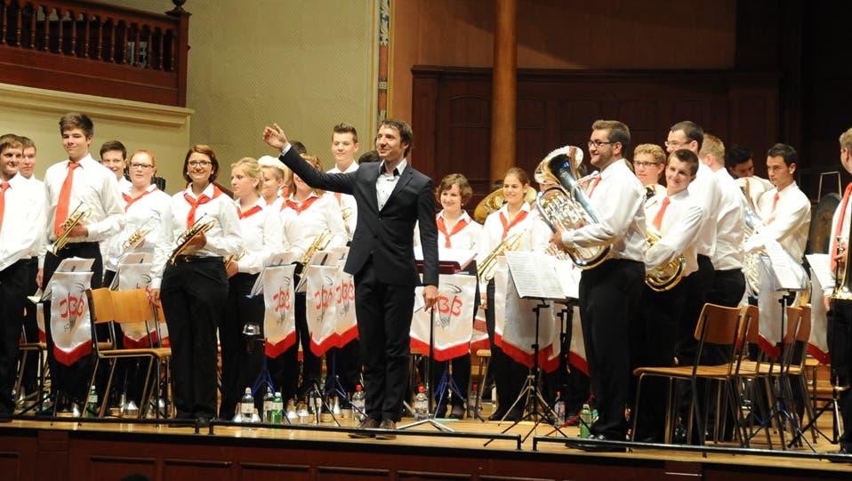 Junge Brass-Musiker bieten brillante Interpretationen und perfekte Soli