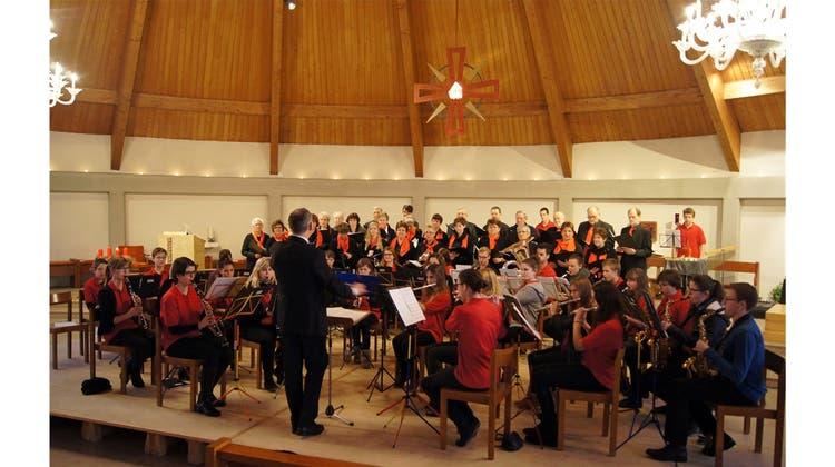 Kirchenchor und junge Musiker begeisterten