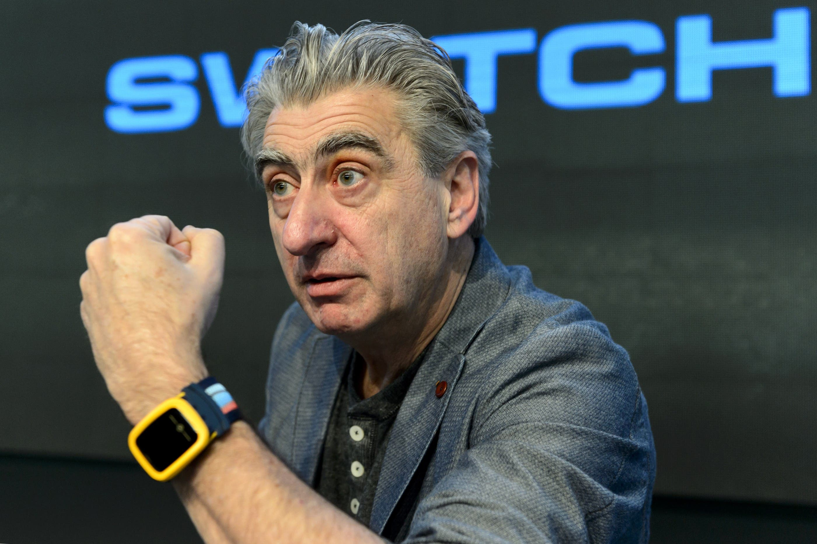 Nick Hayek zeigt sich an der Jahresbilanz-Konferenz stolz mit der neuen Swatch-Uhr.