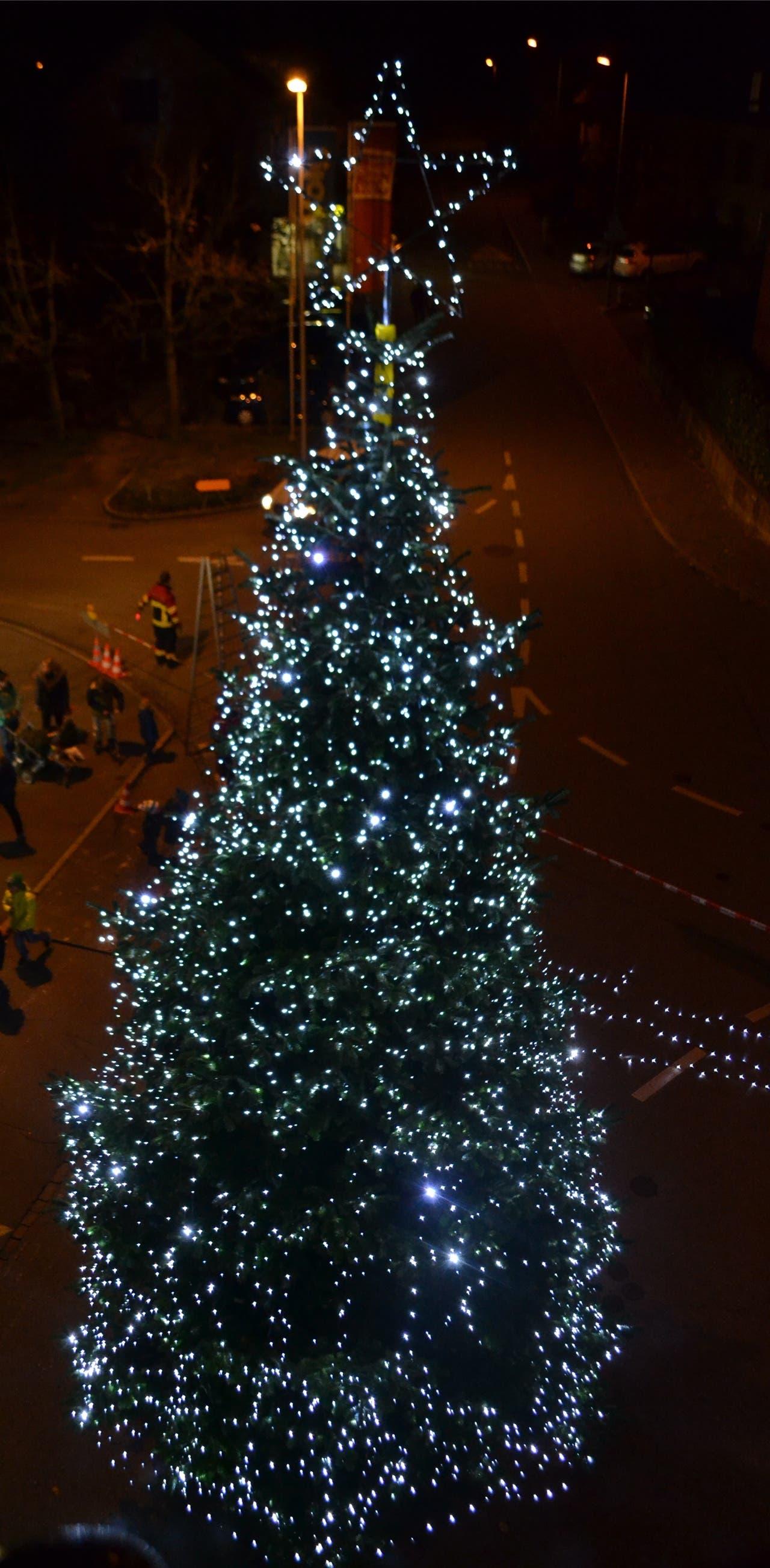 Klassisch beleuchtet: Der Weihnachtsbaum mitten im Verkehr auf dem Lindenplatz in Staufen. lee
