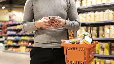 Seit rund zwei Wochen testet die Migros das neue «subitoGo». Damit können Kunden ihre Einkäufe via Smartphone erledigen. (Bild: Keystone/Alexandra Wey)