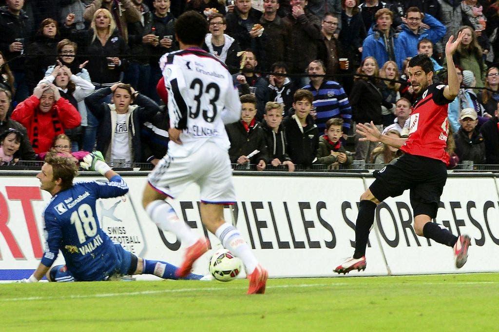 Aaraus Dante Senger (rechts) legt Eigentorschütze Elneny den Ball auf.