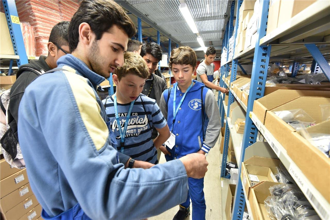 Benjamin Arpaz erklärt den Schülern die Lagerbewirtschaftung.