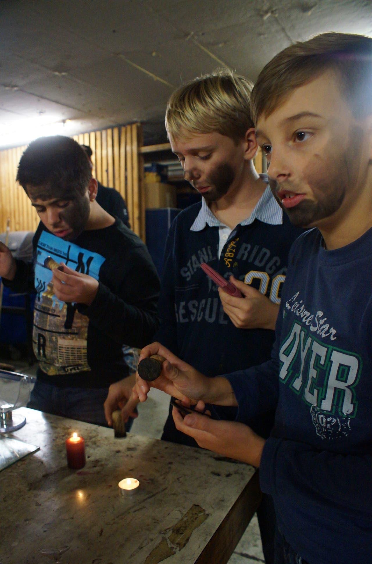 Kerze, Korkzapfen und Spiegel. Mehr braucht es für die künftigen Schmutzli nicht zum Schwärzen.