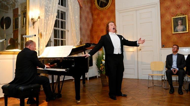 Tenor singt in den Sprachen der Welt