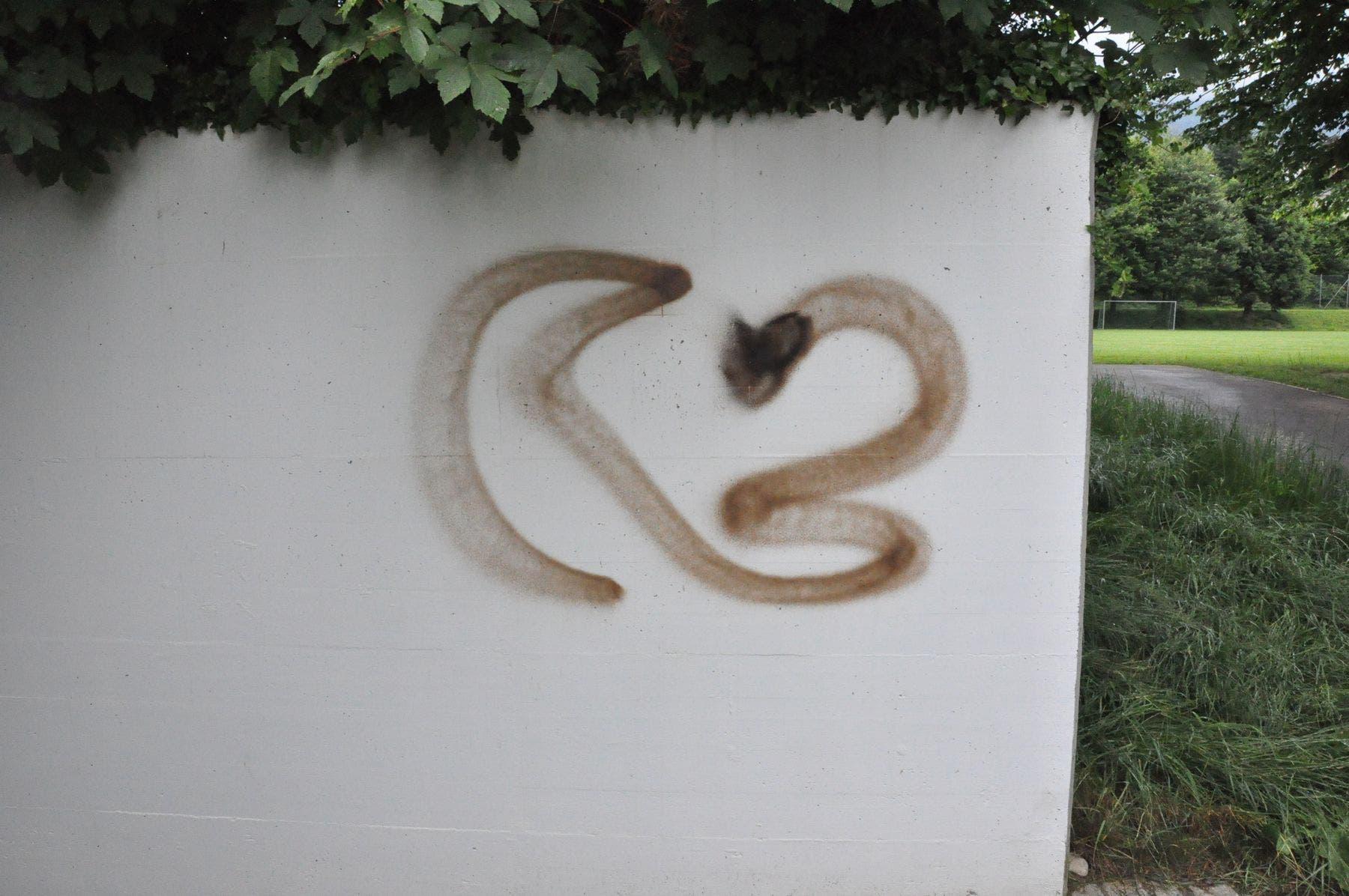 Eine unbekannte Täterschaft hat das Oberstufenschulhaus und die Doppelturnhalle mit mehreren Graffitis versprayt.