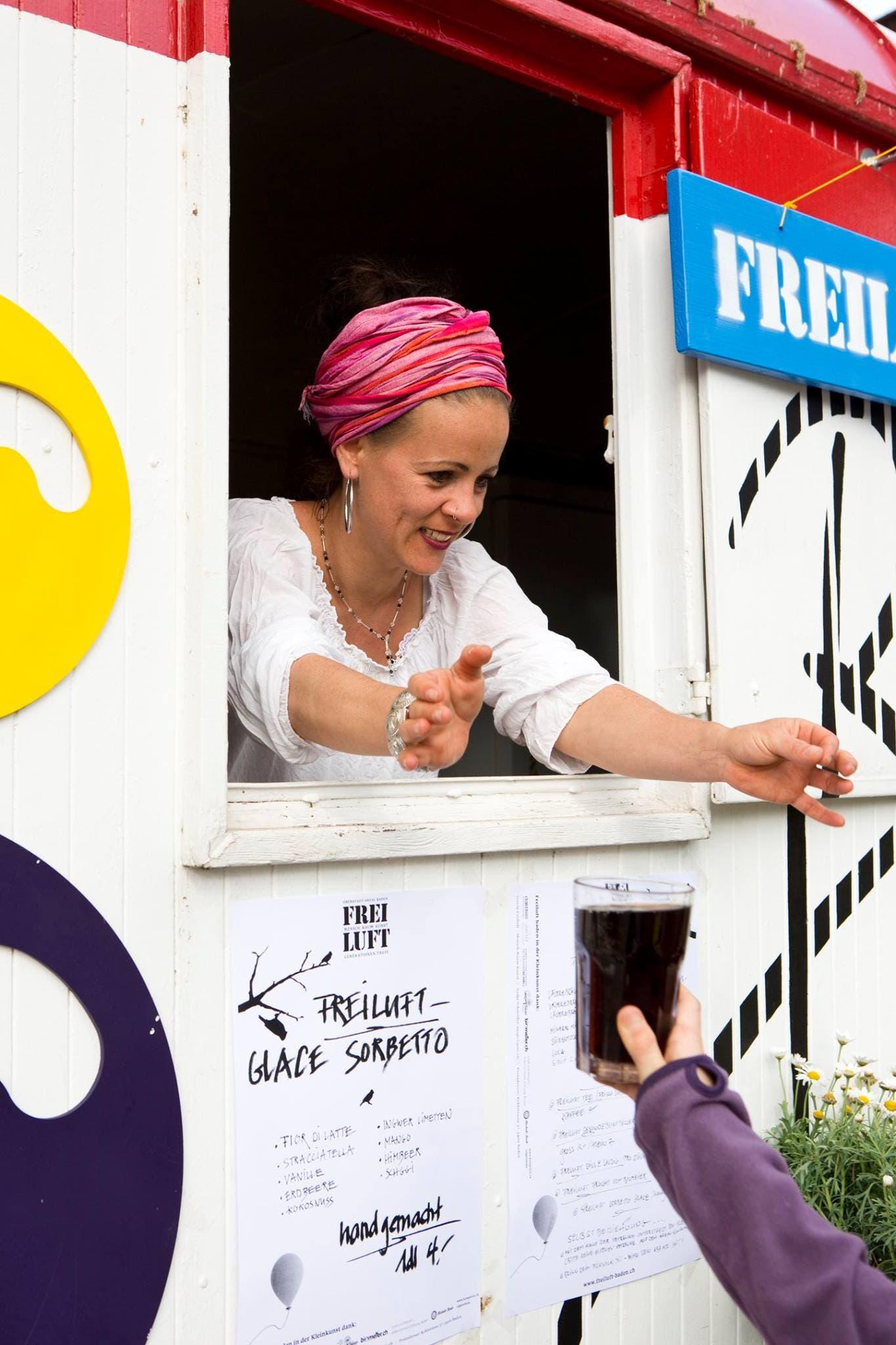 Mitorganisatorin Nadja Schneider im Bar-Wagen