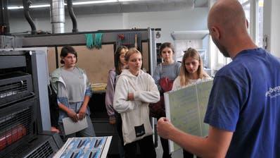 Drucktechnologe Mathias Lussi erklärt den Nid- und Obwaldner Achtklässlern das Druck-Handwerk. (Bild: Matthias Piazza (Stans, 5. Oktober 2020))