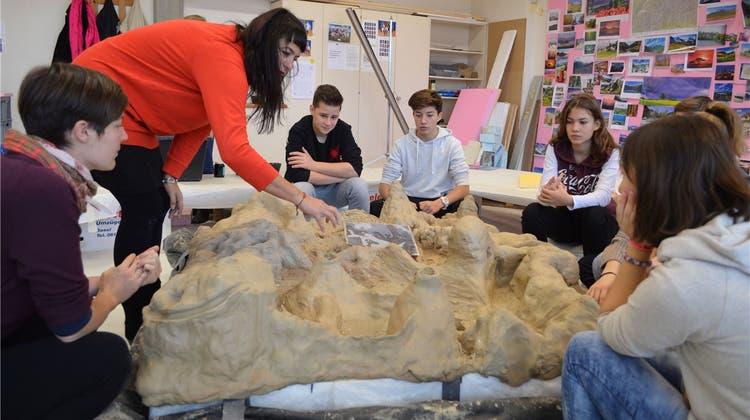 Im Kunstunterricht bauen Bezirksschüler eine syrische Landschaft nach
