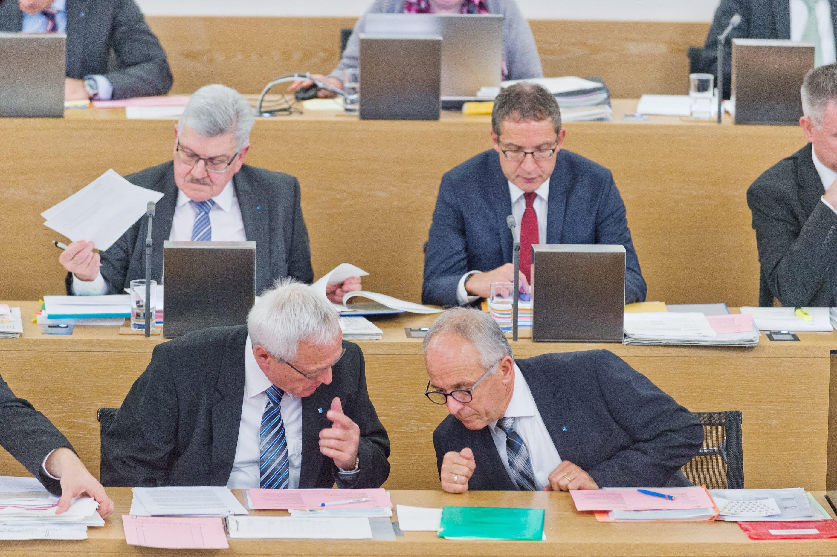 Vorne sind Staatsweibel Hans Stirnemann (l.) und sein Nachfolger André Belloli im Gespräch. Hinten die Regierungsräte Roland Brogli (l) und Urs Hofmann (r.).