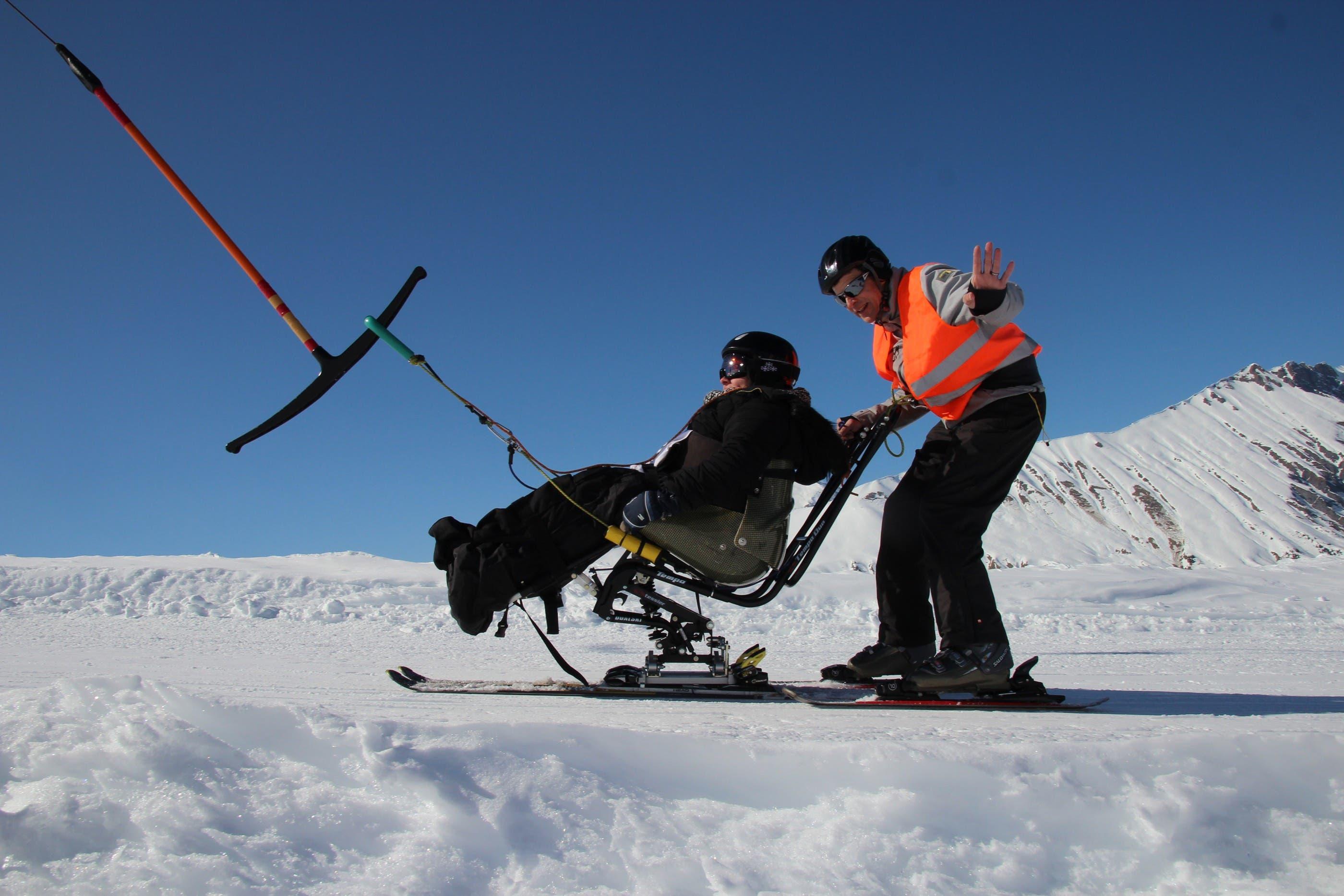 Die Sitzschale ist über eine sensible Konstruktion mit den beiden Ski verbunden