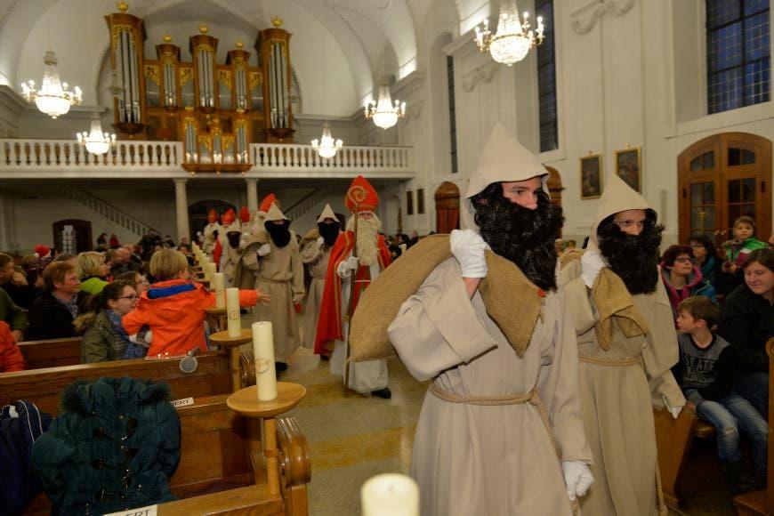 In der Eusebiuskirche wurden die Samichläuse gestern zu Lieder zweier Klassen aus dem Eichholz ausgesandt