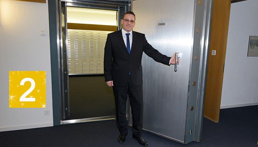 Daniel Denzler zeigt den Tresorraum, gesichert durch eine dicke Panzertür. Diese Pforte ist unser heutiges Adventstürchen.
