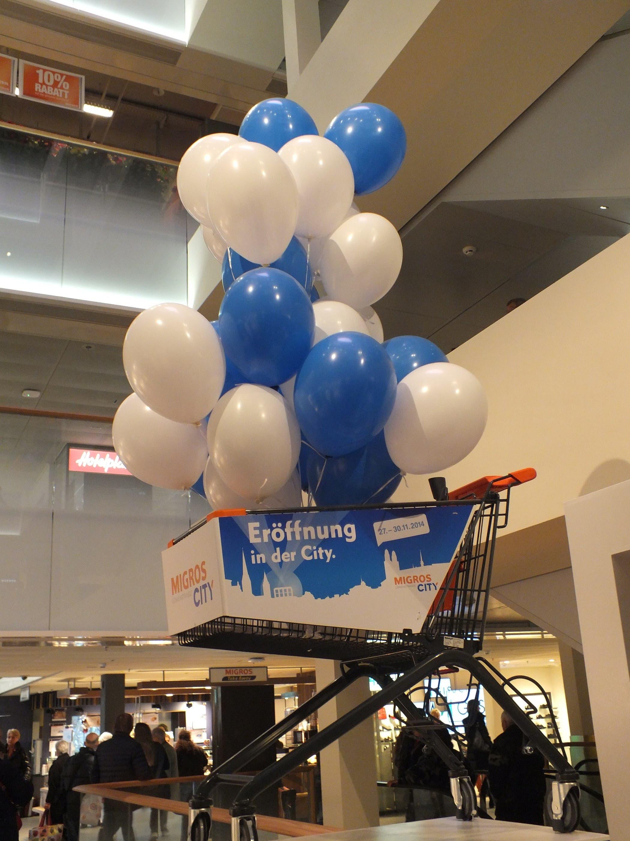 Zur Neueröffnung schmücken Ballone die Migros innen...