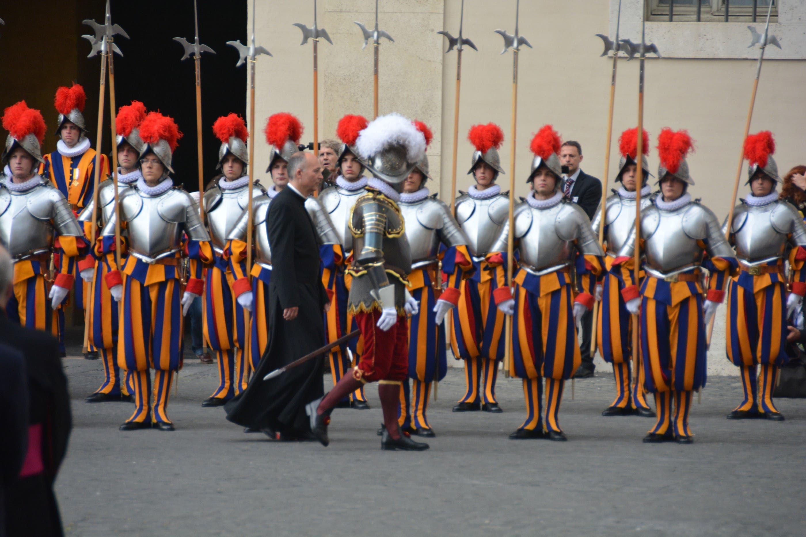 Die Vereidigung der Garde am 6. Mai 2013 Der Kommandant der Schweizer Garde überprüft die Hellebardiere kurz vor der Vereidigung.