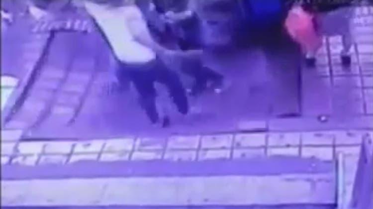 Plötzlich tut sich der Boden auf: Ein Senkloch in China fordert vier Verletzte