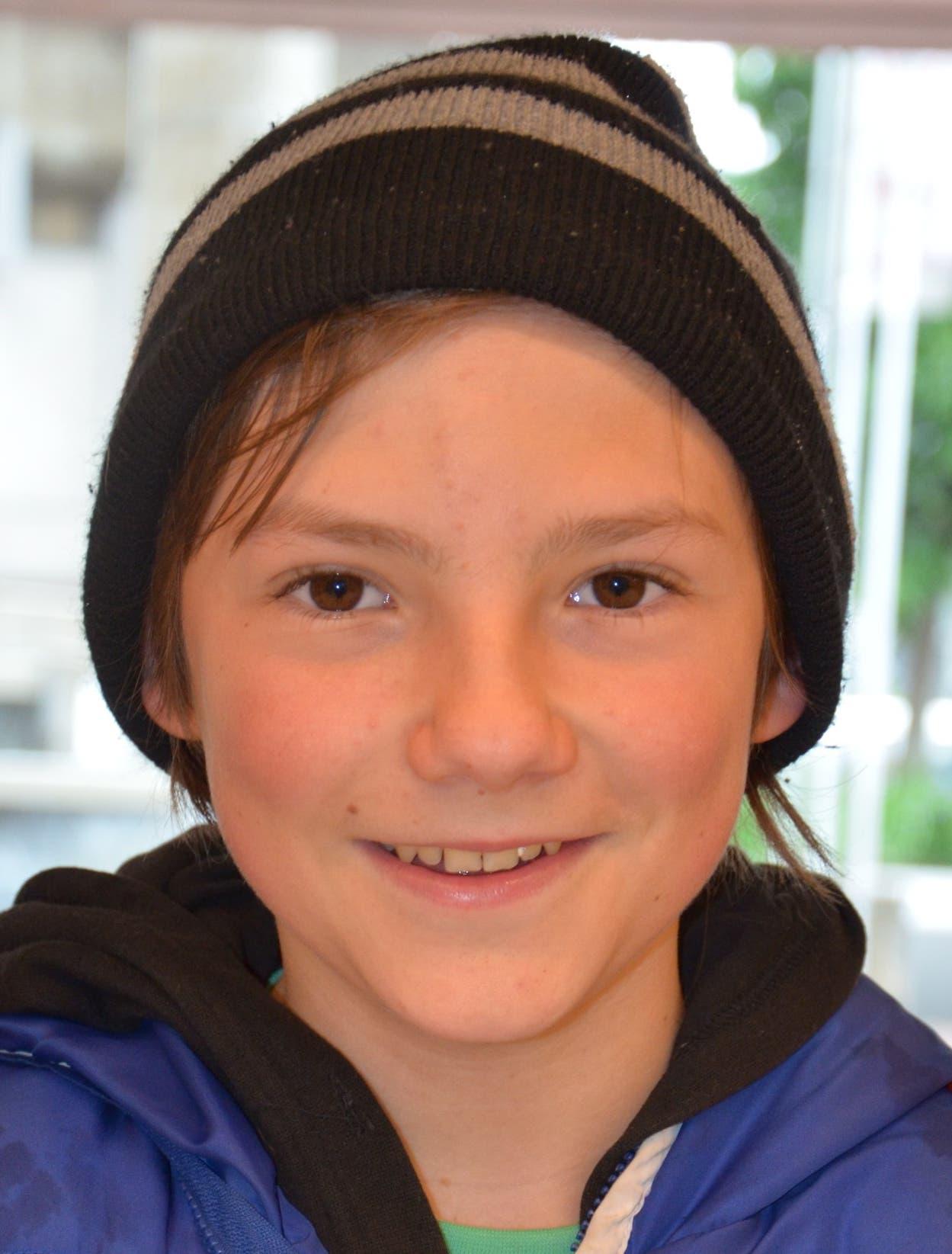 Sascha, 14, aus Birr «Mir gefallen die Kleider aus dem Laden ‹Metro› sehr gut. Ich wünschte mir, dass es einen solchen Laden hier gibt.»