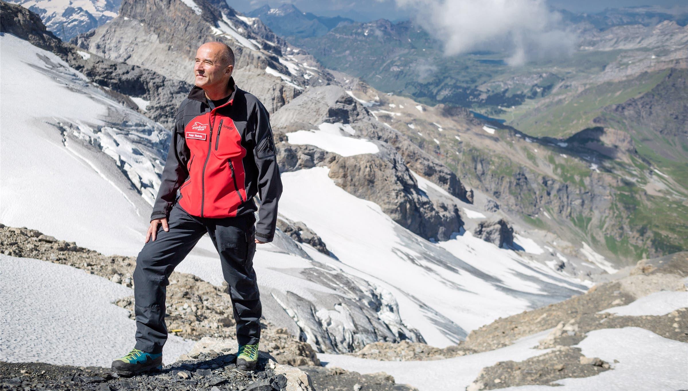 Vize-Chef Peter Reinle vor dem Steingletscher, der bereits apere Stellen aufweist.
